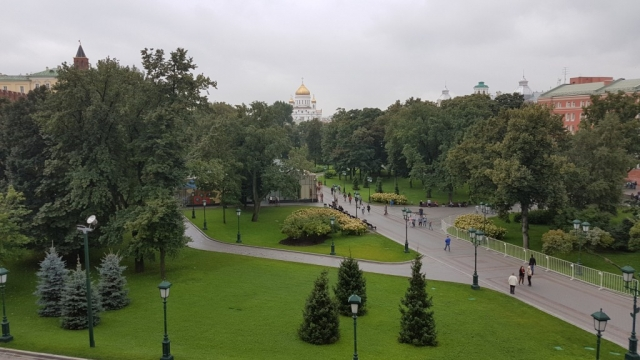 Moskou, Uitzicht Kutafiya brug over park, Backpackjunkies