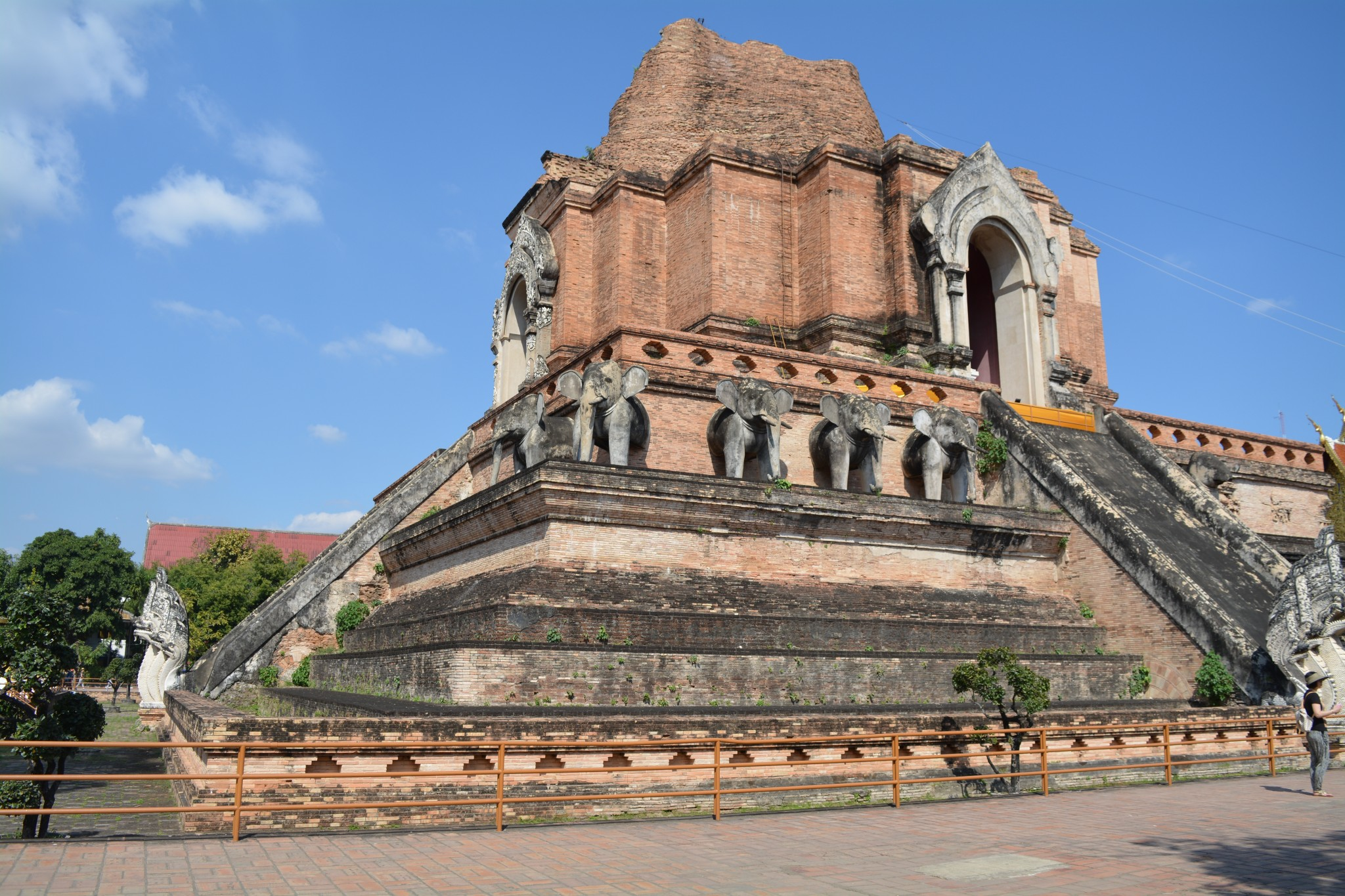 Chiang Mai - Wat Chedi Luang 007 - BackPackJunkies